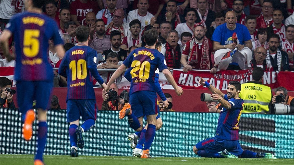 Suárez espera a sus compañeros en la celebración del tercer gol al Sevilla.