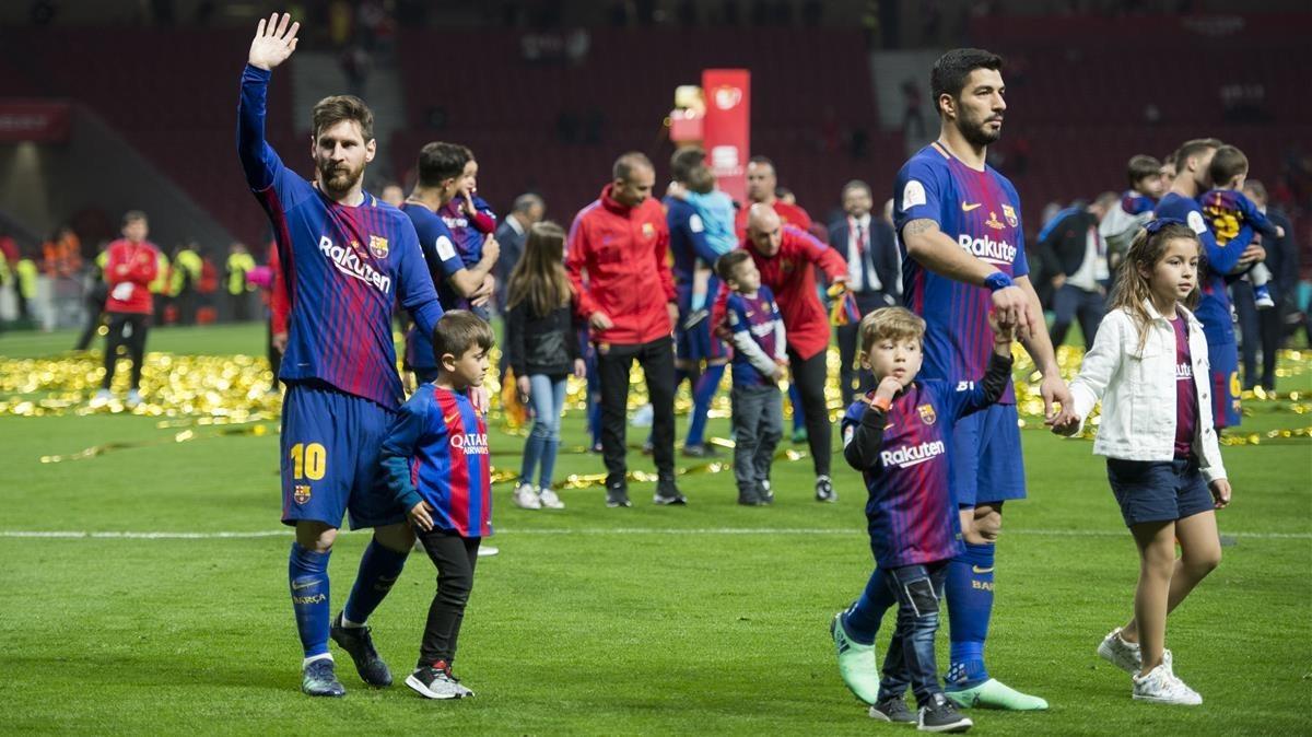 Messi, consus hijos, junto Luis Suárez pasean por el Wanda Metropolitano.