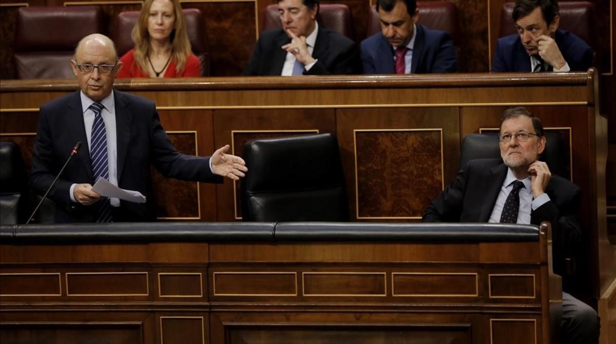 Cristóbal Montoro, en el banco azul del Congreso de los Diputados, junto a Mariano Rajoy.