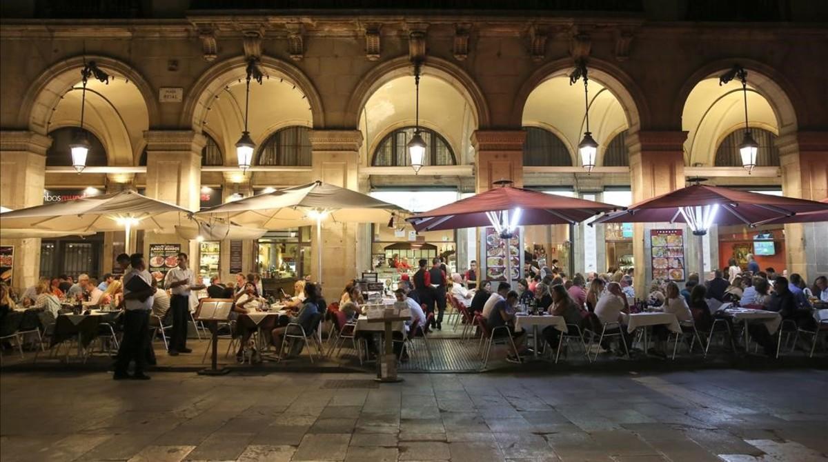 Una de las terrazas de la plaza Reial, en plena actividad nocturna.