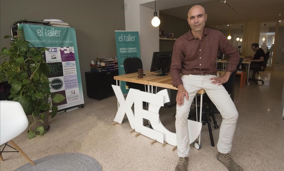 Jordi Llop, consultor de gestión de residuos, en el coworking de La Selva del Camp.