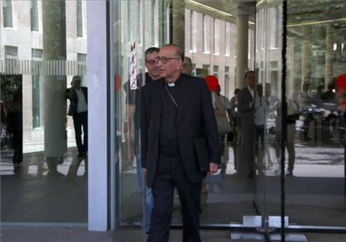 Juan José Omella, saliendo de la Ciutat de la Justícia.