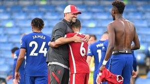 Klopp se abraza a Thiago tras el partido del debut del centrocampista español.