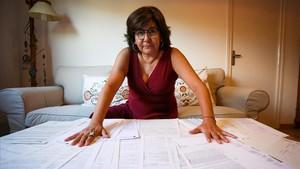 Macarena, profesional del sector de la ocupación desde hace casi 30 años, mostrando los 38 contratos que ha firmado hasta la fecha.