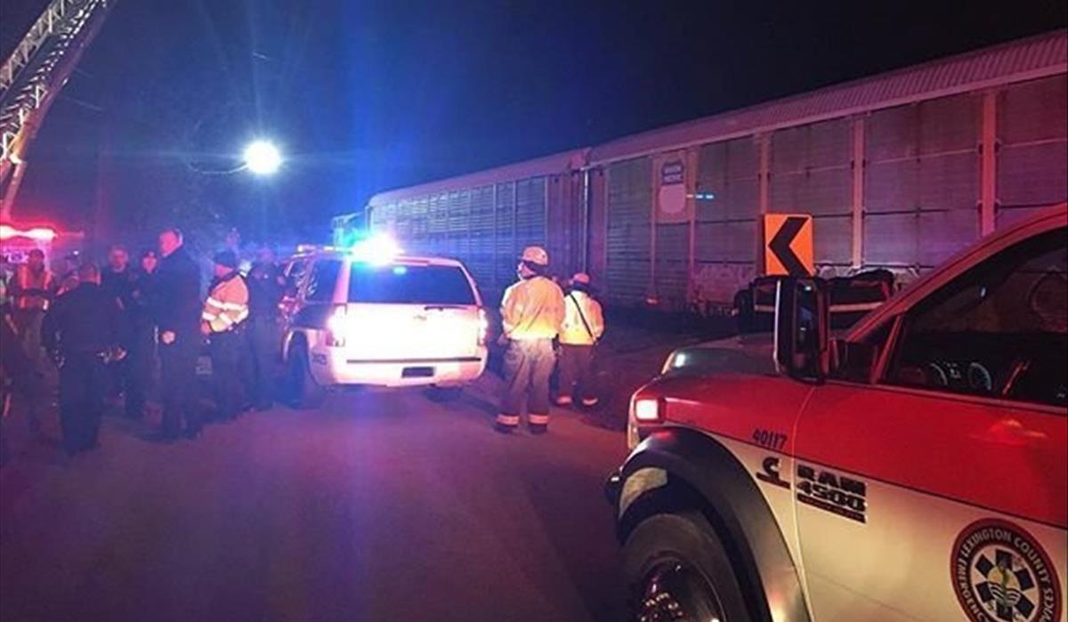 Las autoridades locales se reúnen en el lugar del accidente entre dos trenes en Estados Unidos, en una imagen facilitada por la oficina delSheriff de Lexington.