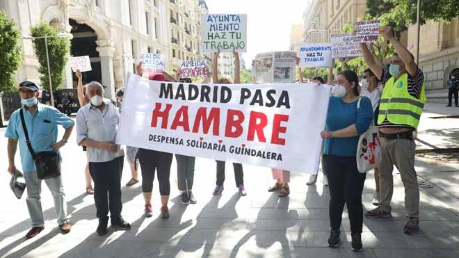 Las 'colas del hambre' se manifiestan en Madrid para exigir un plan urgente de emergencia social.