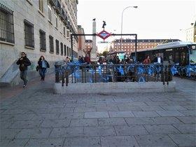Lazos azules en el metro de Madrid.