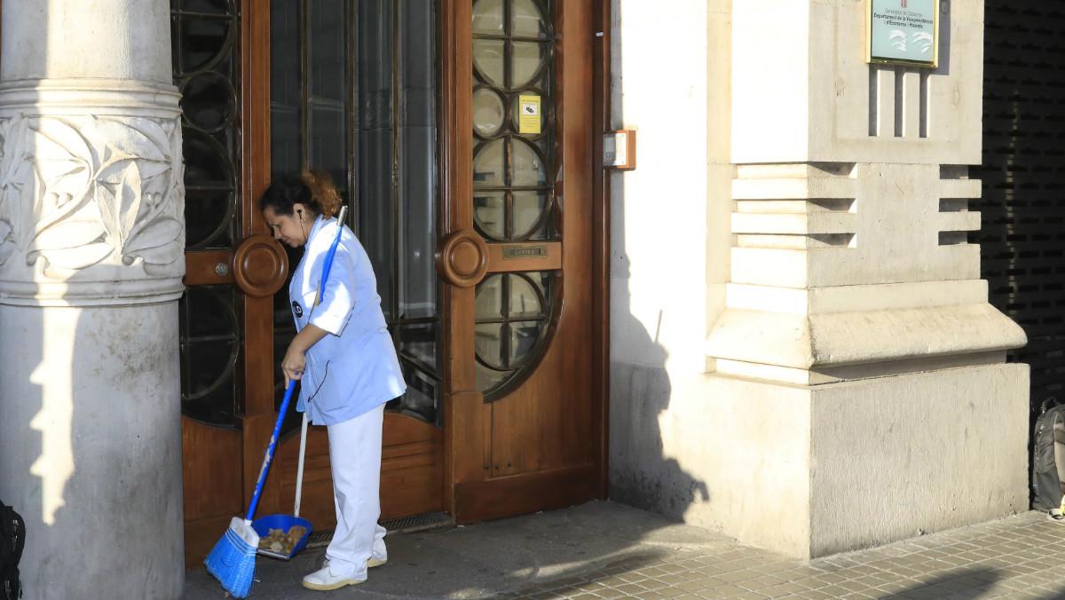 Patronal y sindicatos alcanzan un acuerdo tras 13 meses de negociación para un nuevo convenio colectivo del sector de la limpieza en Catalunya.