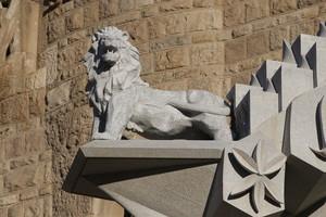 El león de Lau Feliu, colocado ya sobre el nártex.