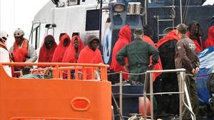 Llegada de 36 personas rescatadas por Salvamento Marítimo al puerto de Almería.