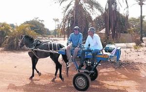 Lluís Llach y Albert Om, en una imagen del programa sobre el cantautor grabado en Senegal.