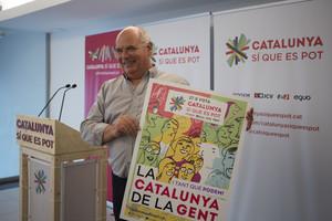 Lluís Rabell muestra el cartel electoral de Catalunya Sí que es Pot, este jueves.