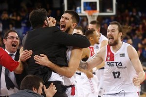 Los jugadores del Bilbao Basket se abrazan tras lograr su pase a la Copa venciendo al Barça en el Palau