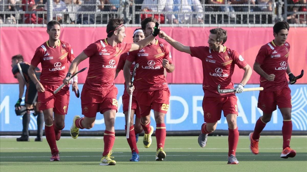 Los jugadores de la selección española de hockey hierba festejan el gol de Pep Romeu.