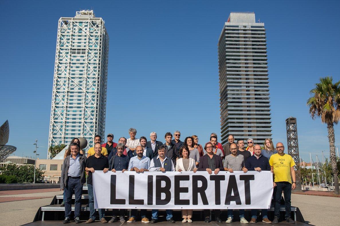 Los líderes de Òmnium y la ANC posancon representantes de las entidades adheridas a la manifestación soberanista.