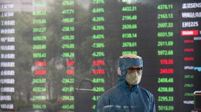 Los mercados de la China continental se desploman al volver a cotizar. En la foto, panel de la bolsa de Shanghái.