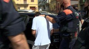 Los Mossos d'Esquadra de Santa Coloma de Farners efectuando la detención.