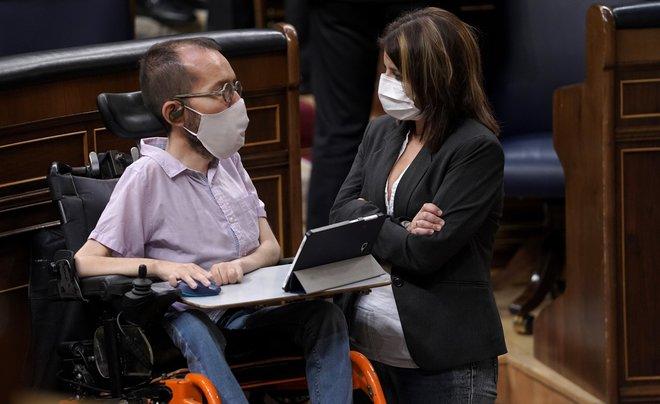 Los portavoces parlamentarios de PSOE y Unidas Podemos, Adriana Lastra y Pablo Echenique, charlan en el Congreso el pasado 22 de octubre.