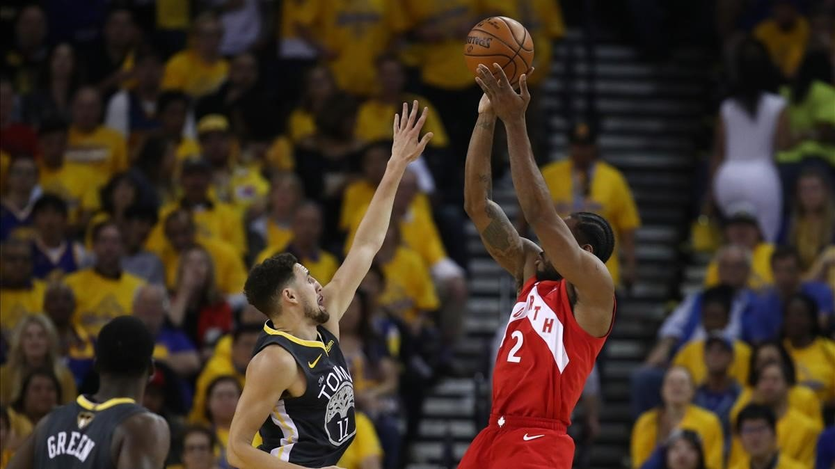 Kawhi Leonard (Raptors) tira ante Klay Thompson (Warriors), esta noche