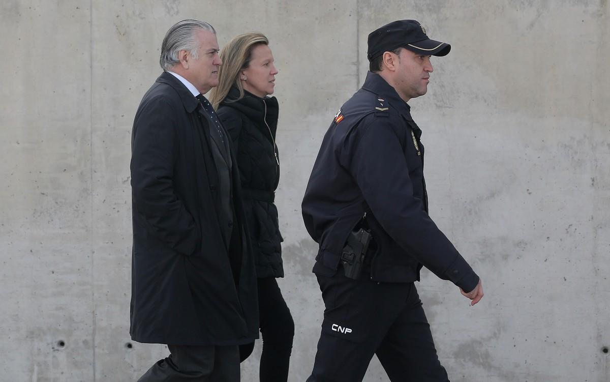 Luis Bárcenas a la salida de la Audiencia Nacional en San Fernando de Henares.