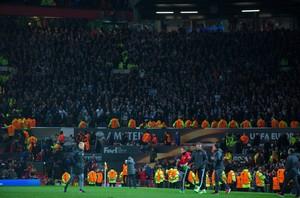 MANC54. MANCHESTER (REINO UNIDO), 20/04/2017.- El entrenador del Manchester United, Jose Mourinho, aplaude a los aficionados del Anderlecht al finalizar el partido de vuelta de los cuartos de final de la Liga Europa entre el Manchester United y el RSC Anderlecht que se disputa hoy, jueves 20 de abril de 2017, en el Old Trafford de Manchester (Reino Unido). EFE/PETER POWELL