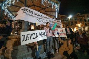 GRAF9282. ARANDA DE DUERO (BURGOS), 14/12/2019.- Manifestación de apoyo a los tres exjugadores de la Arandina, condenados a 38 años por agresión sexual a una menor de 15 años y como cooperantes necesarios en las de los otros, que se celebra hoy sábado en la Plaza Mayor de Aranda de Duero (Burgos). EFE/Paco Santamaría