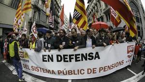 Cabecera de la manifestación en apoyo de las pensiones públicas en Barcelona.