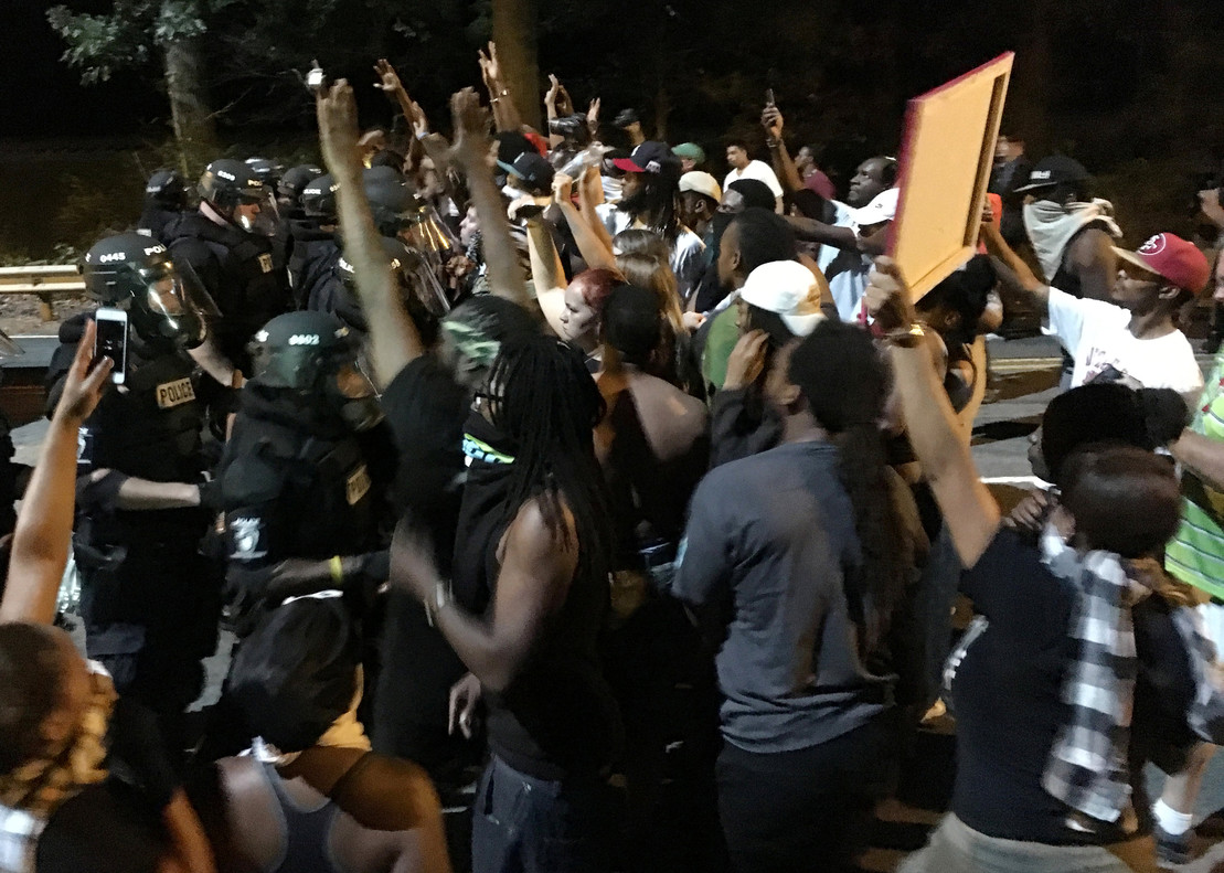 Manifestantes se enfrentan a la policía en Charlotte (Carolina del Norte), este martes.