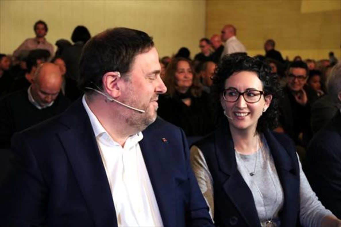 Junqueras, en una imagen previa a su encarcelamiento, junto a Marta Rovira, cuya acusación al Estado de haber amenazado con un baño de sangre en Catalunya ha sido desmentida por los mediadores Urkullu, Ribó y Omella.
