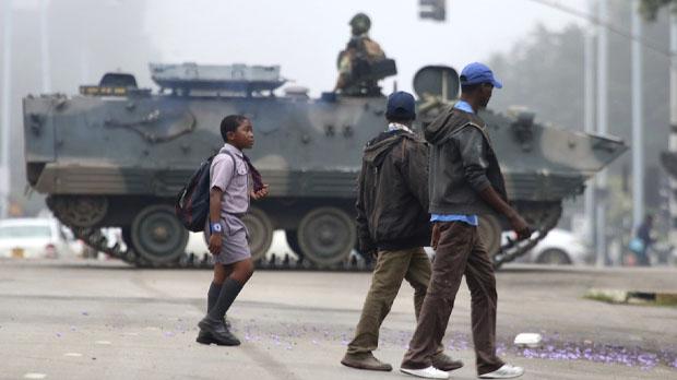 El Presidente Mugabe estaría bajo arresto domiciliario, pero sano y salvo.
