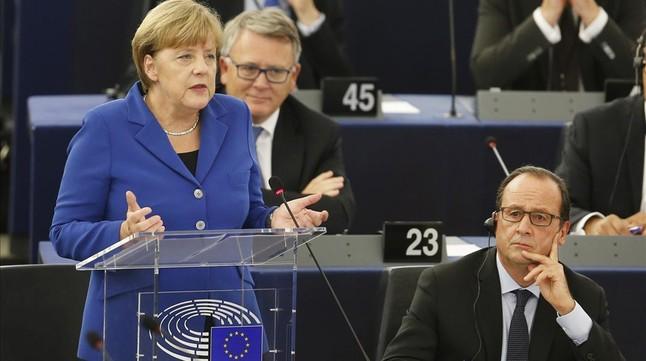 Merkel interviene ante el pleno del Parlamento Europeo, junto a Hollande, este miércoles.