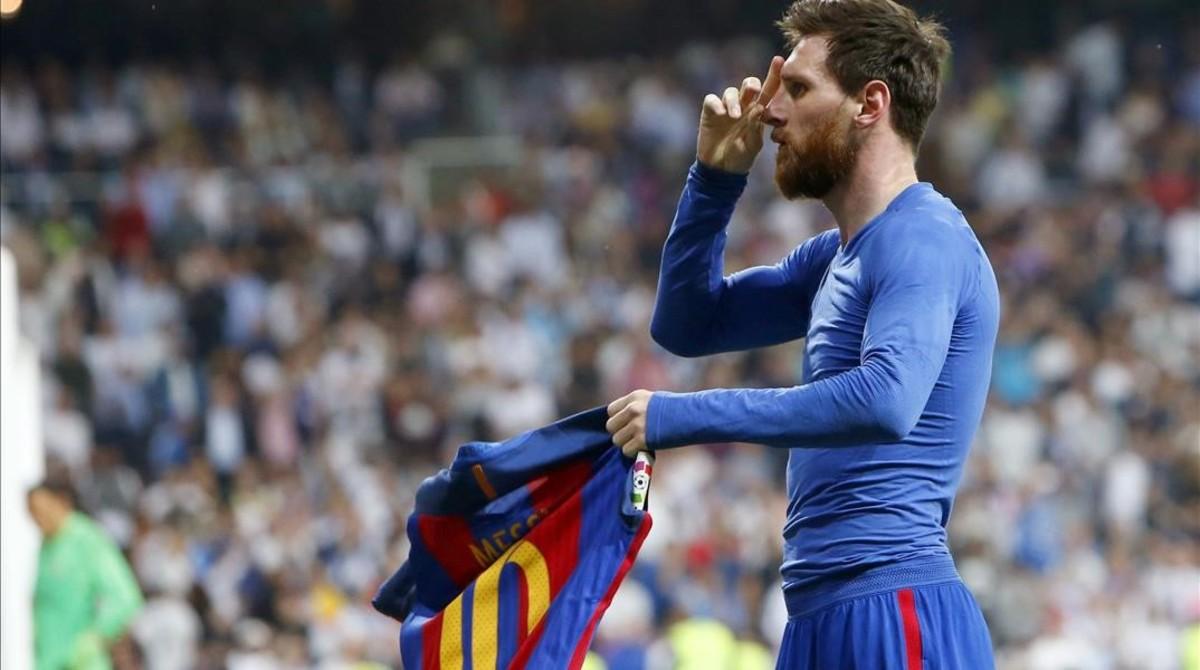 Messi saluda a la grada tras anotar el tercer gol al Madrid.
