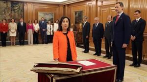 La ministra de Defensa Margarita Roblespromete su cargo ante el Rey.