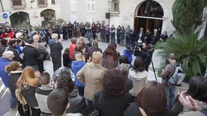 Minuto de silcencio delante del Ayuntamiento de Vila-seca por el crimen machista ocurrido este miércoles.