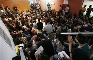Imagen de la asamblea del 17 de abril del 2013 que precedió al encierro en el edificio del Rectorado de la UAB.