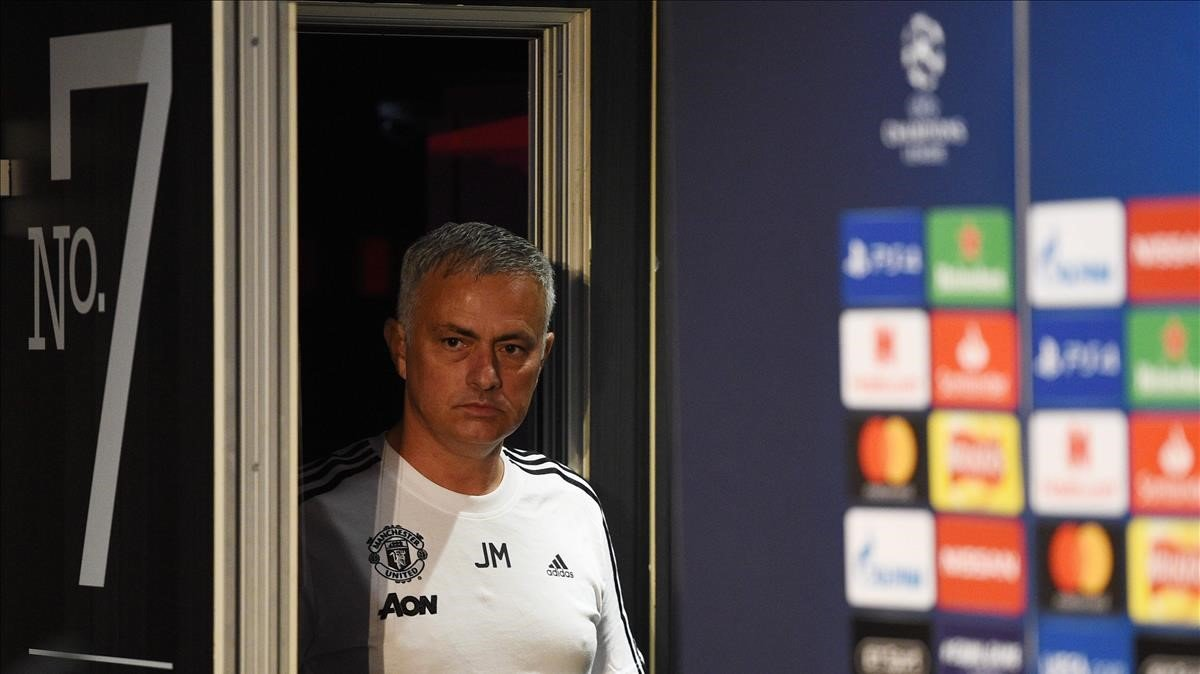 Mourinho entra en la sala de prensa de Old Trafford antes de jugar contra la Juventus.