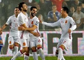 Nacho y Callejón felicitan a Illarra tras marcar el gol a Israel en Jerusalén, anoche.