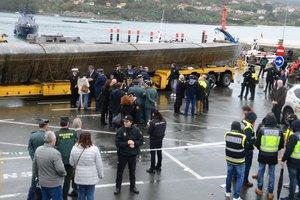 El narcosubmarino cuando fue trasladado del fondo del mar frente a O Foxo al muelle de Aldán.