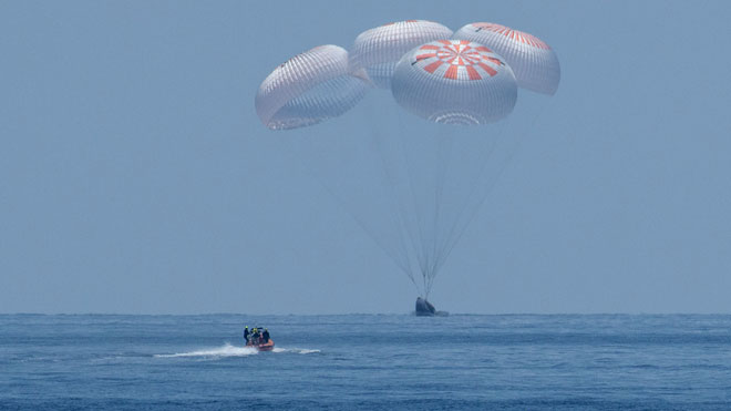 La nave Crew Dragon, de SpaceX, ameriza con éxito en el Golfo de México.