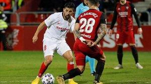 Nolito juega un balon ante Sanchez, del Mirandes, durante el partido de octavos de final de la Copa del Rey en Miranda de Ebro.