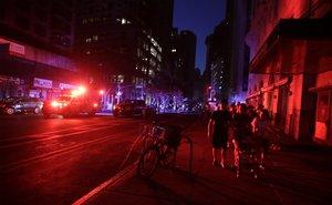 Las calles oscuras de Nueva York tras un sorprendente apagón masivo que afectó a miles de personas. EFE