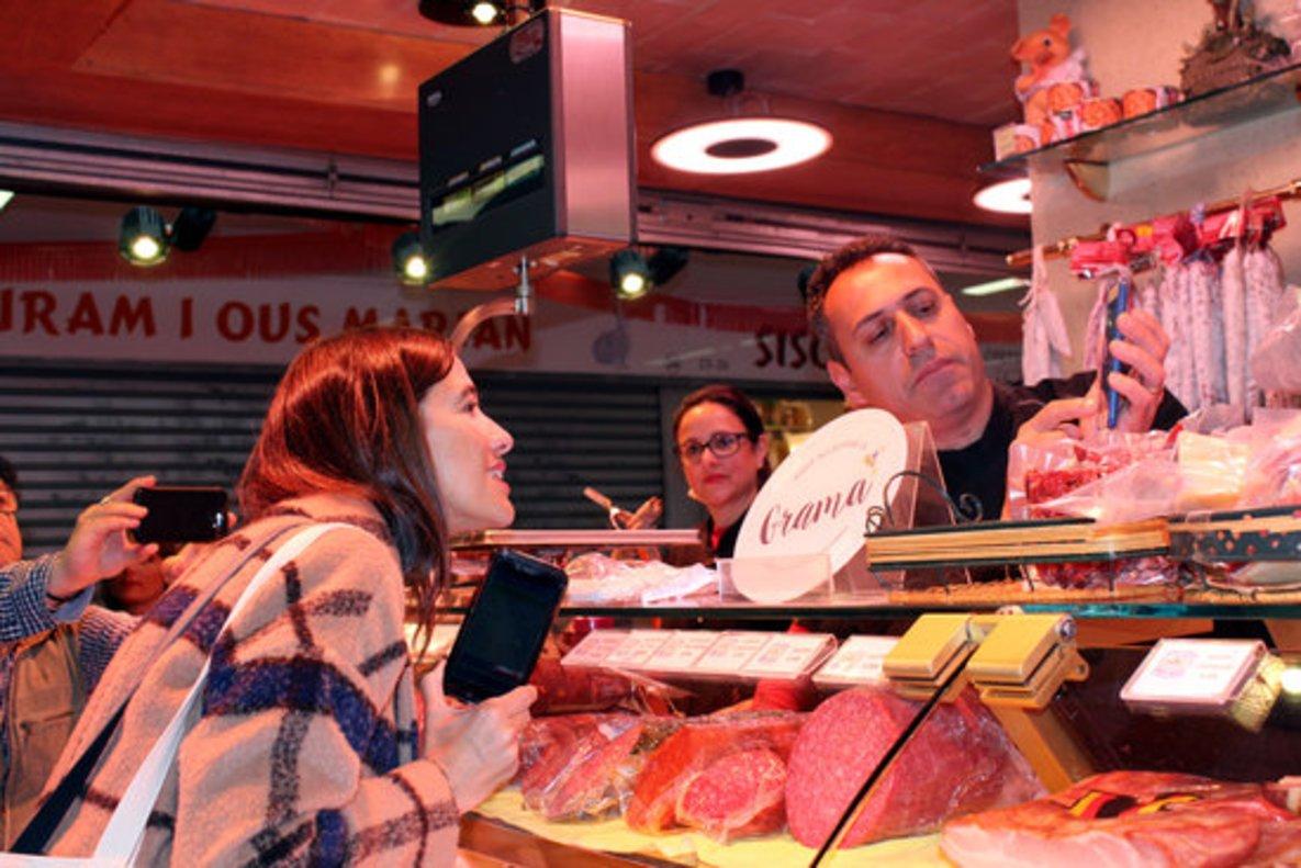 Núria Parlon, alcadesa de Santa Coloma, compra con 'gramas' en el mercado municipal.