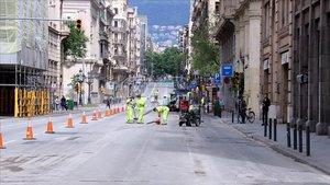 Obras de ampliación de las aceras en Via Laietana.