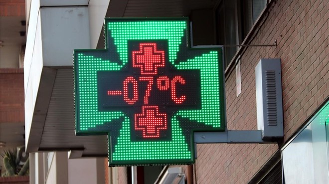 El termómetro de una farmacia de Manresa marca los -7 grados.