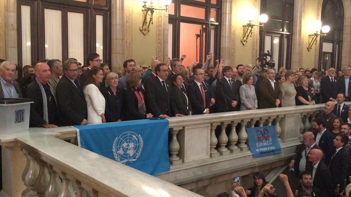 El expresident Carles Puigdemont, en la escalinata del Parlament, el 27-O.