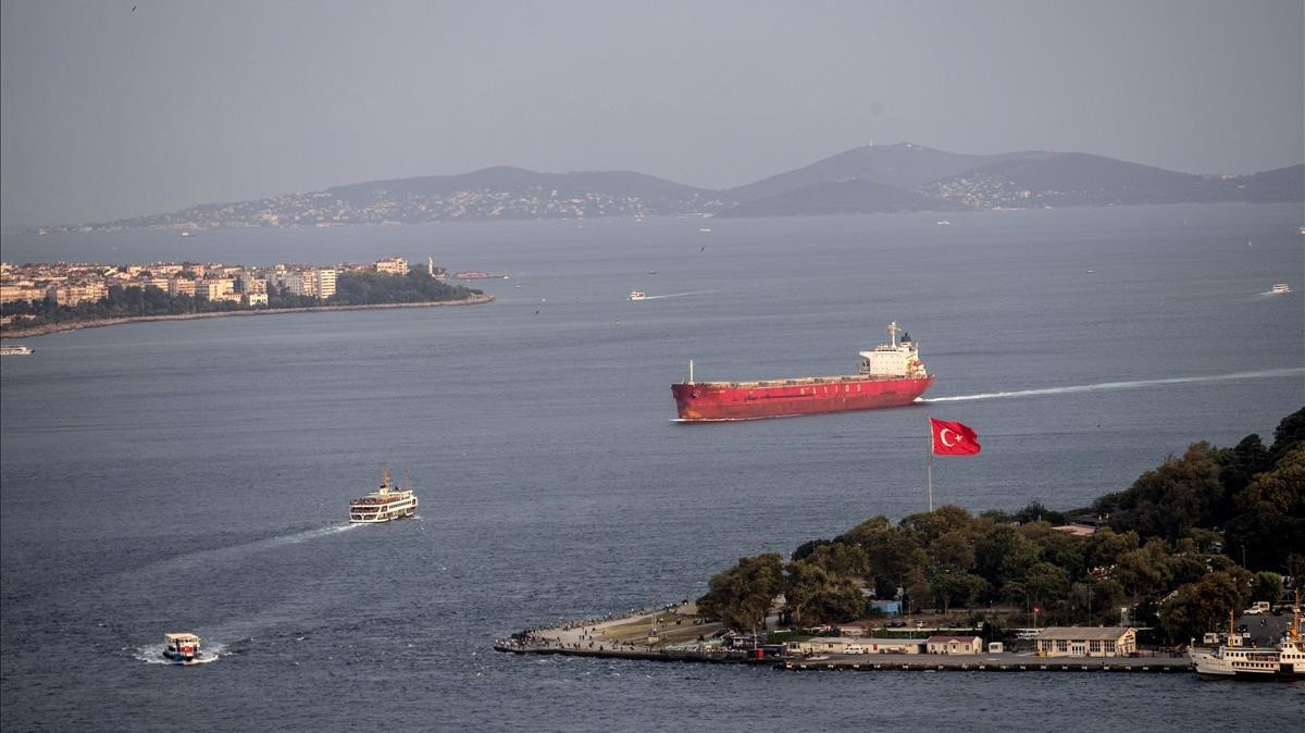 Un barco pasa por el Bósforo en Estambul.