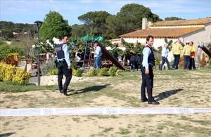 Operativo policial y sanitario en el restaurante de Caldes de Malavella donde se ha producido el siniestro.