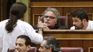 El líder de Podemos, Pablo Iglesias, habla con los republicanos Joan Tardà y Gabriel Rufián, en el Congreso.