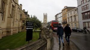 Paseantes en los alrededores de la Universidad de Oxford, donde suceden varios episodios de Berta Isla.