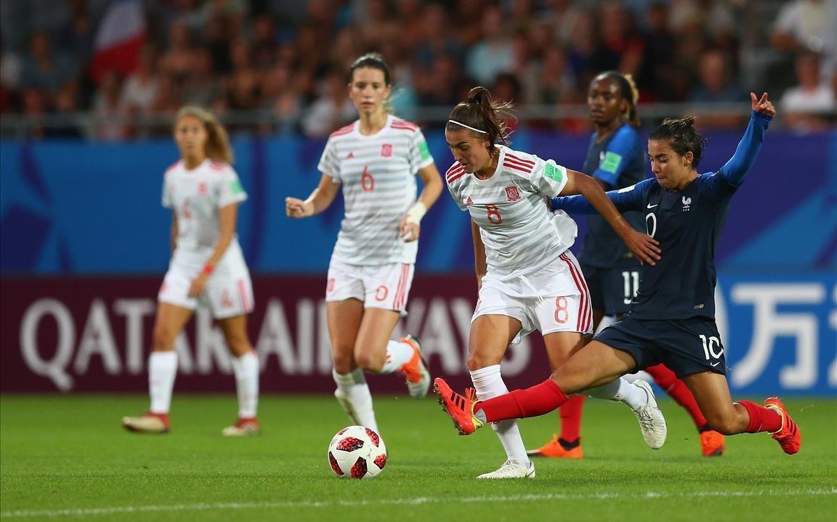 Patricia Guijarro conduce el balón en la semifinal del Mundial ante Francia